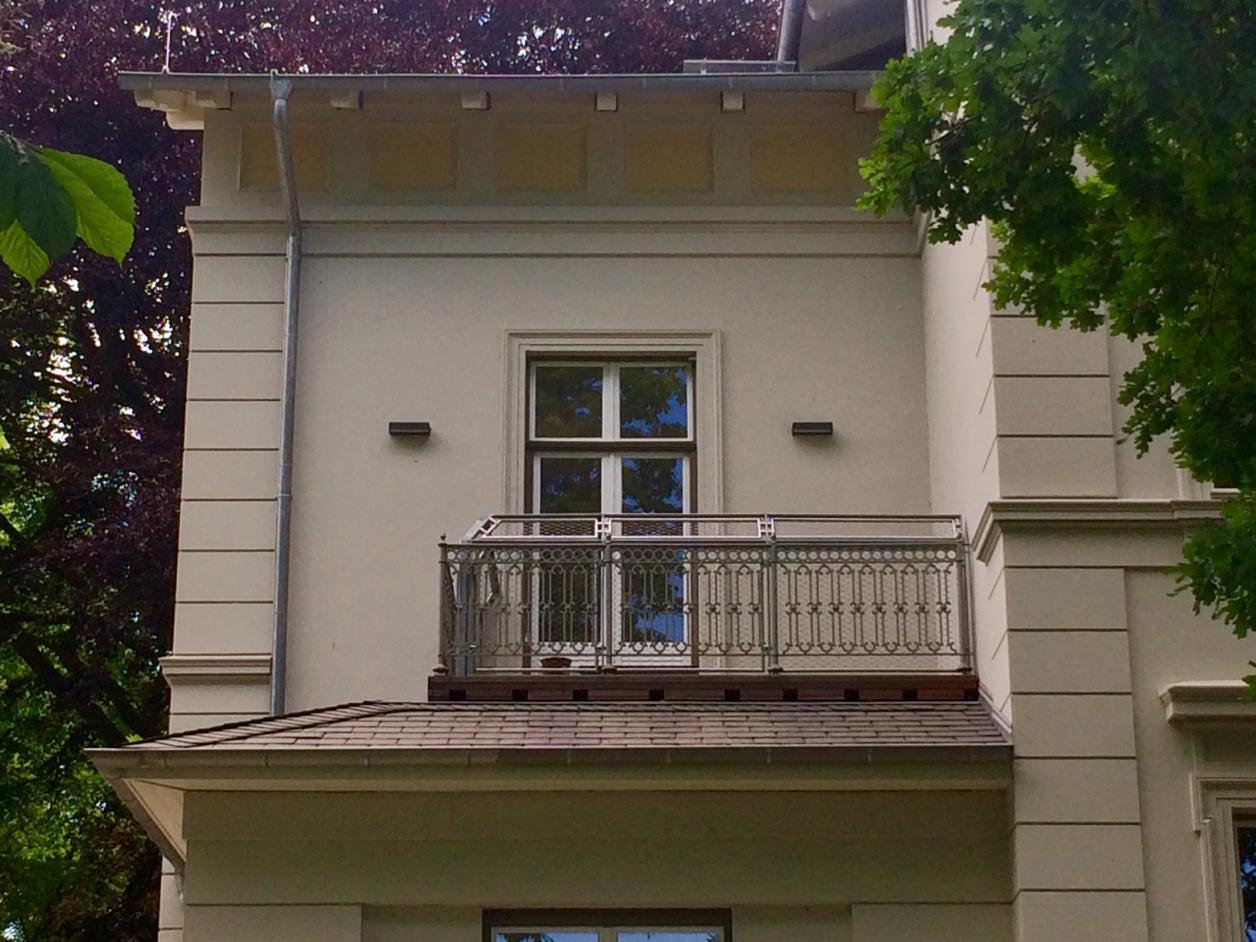 Aus Sicherheitsgründen wurde das Balkongitter verlängert. Foto: Kristina Sassenscheidt