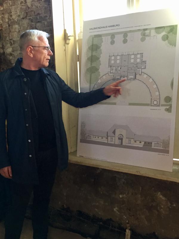 """Georg Klaus von """"Klaus und Schulz Architekten"""" stellt die geplante Sanierung vor, Foto: Karin Wachtel"""