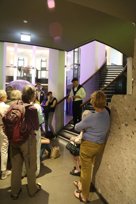 Der Denkmalpfleger Albert Schett erläutert die Sanierung, Foto: Christiane Maier