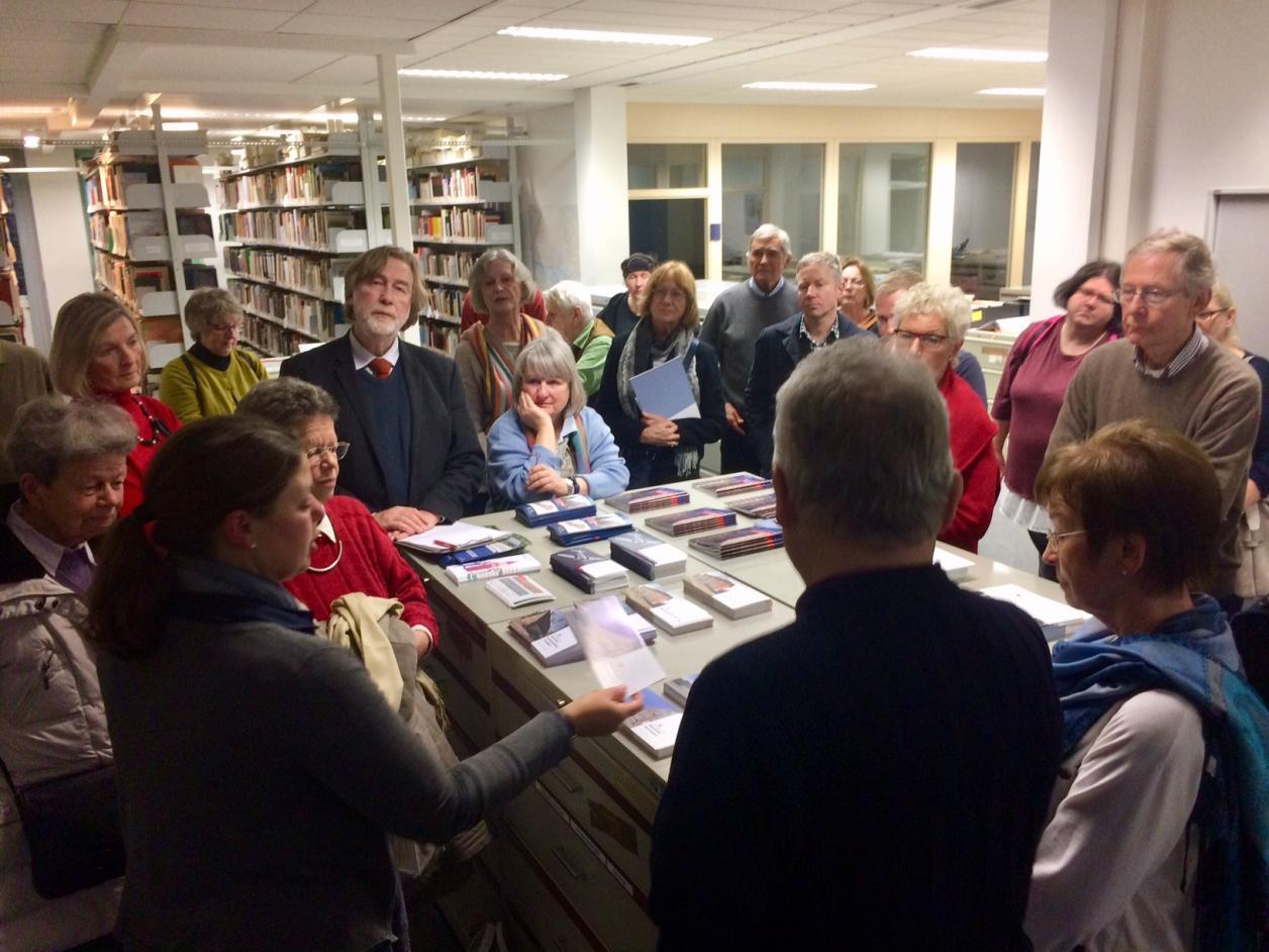 Dr. Christine Onnen erklärt die Bibliothek des Denkmalschutzamtes.