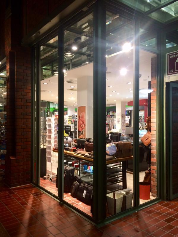 Der Backstein-Boden läuft in die Läden hinein und vergrößert damit optisch die Passage.