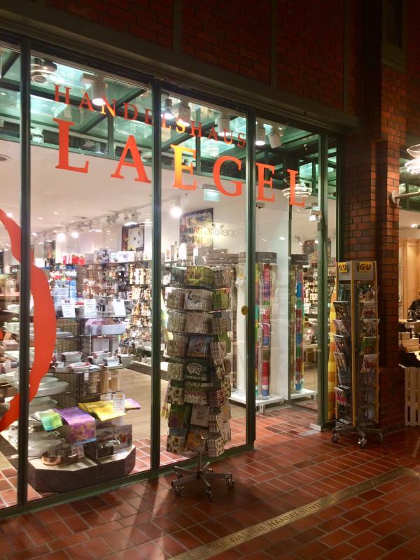 Die Schaufensterbeleuchtung vergrößert den optischen Eindruck der Läden.