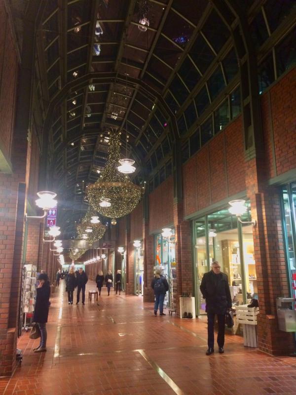 Die Passage gleicht eher einer überdachten Geschäftsstraße als einem Einkaufszentrum.