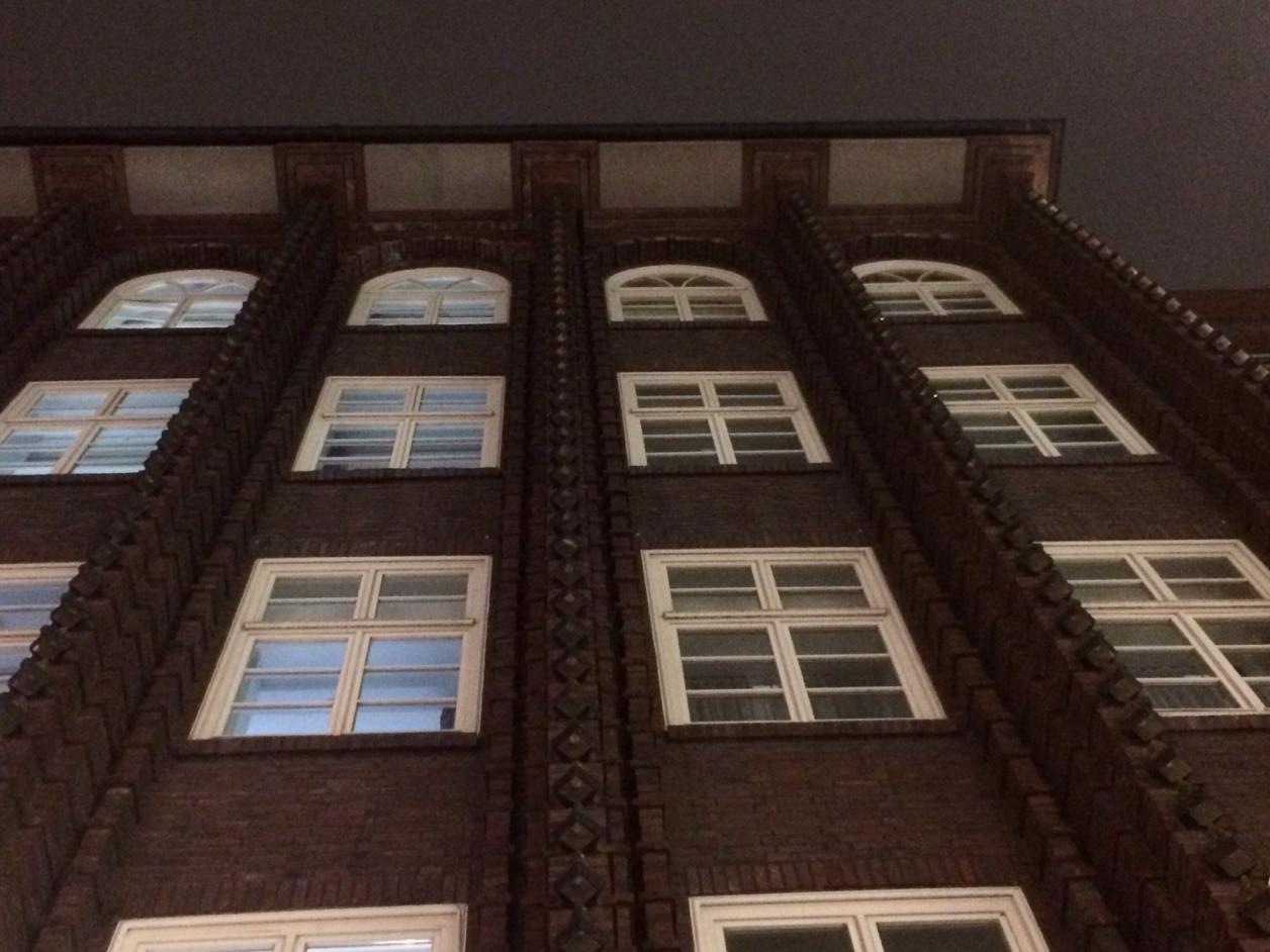 Der historische Broschek-Bau von Fritz Höger wurde um drei Fensterachsen erweitert (erkennbar an der mittigen Fuge).