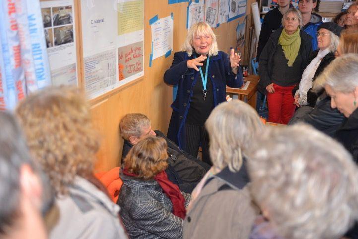 Marit Czenki erläutert die Planbude, Foto: Yo Loewy