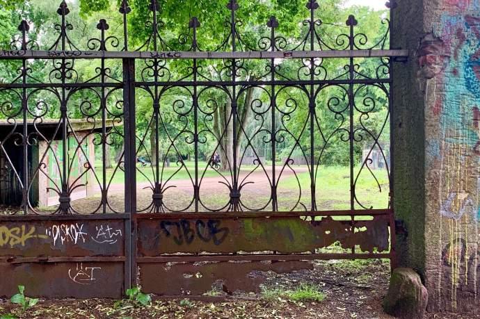 Historischer Zaun am Wohlerspark verfällt