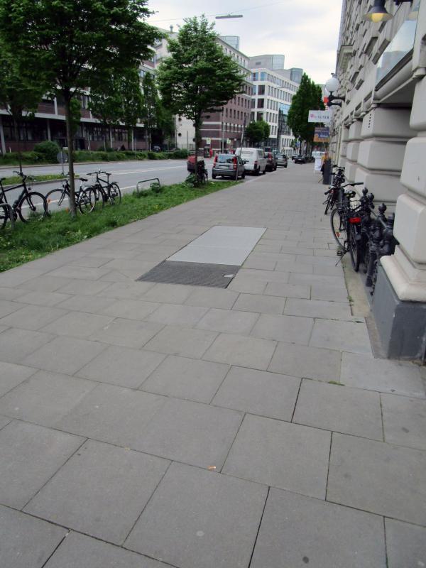 Die Einstiege sind im Gehweg der Kaiser-Wilhelm-Straße angeordnet