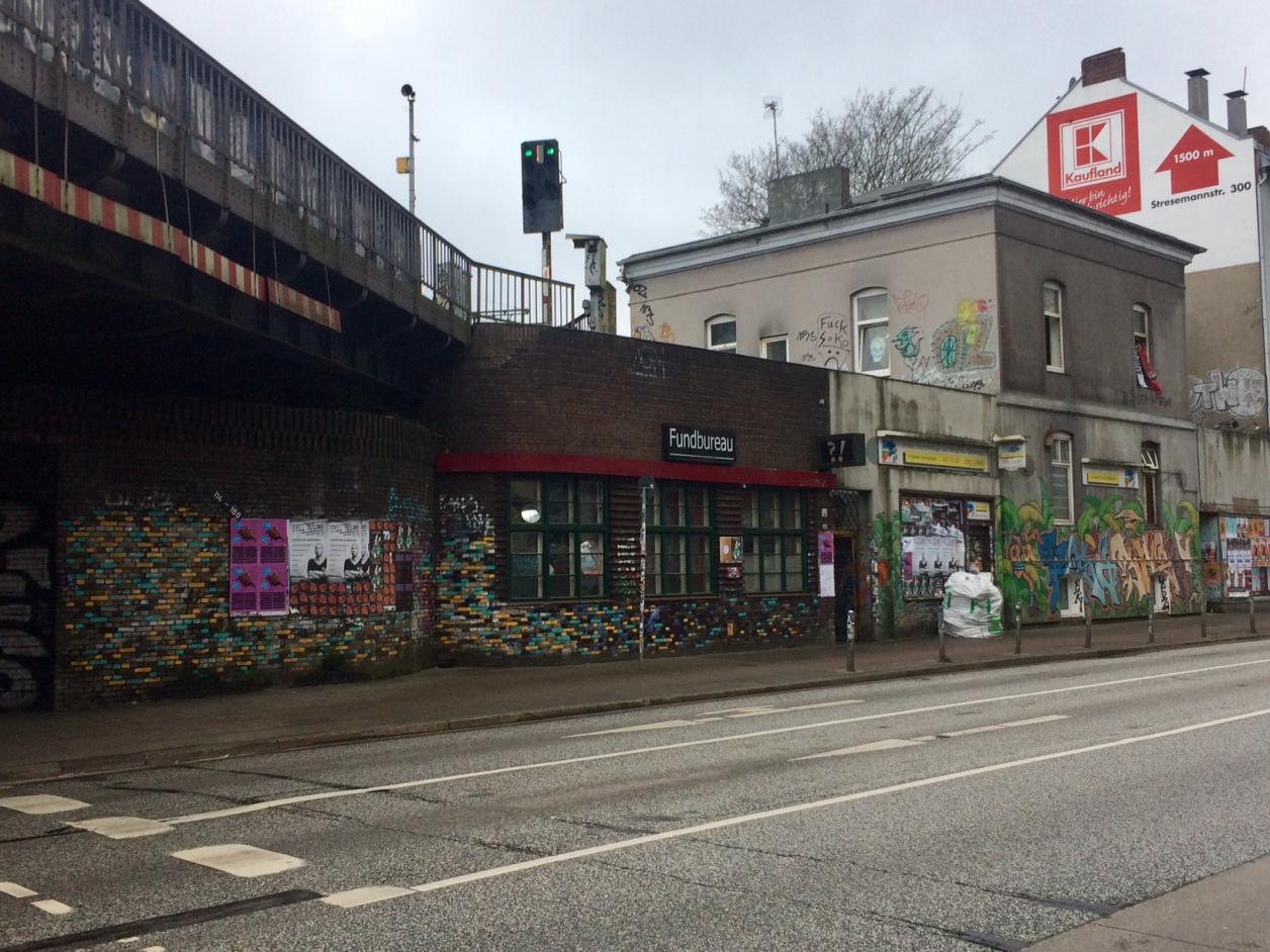 Der graue Altbau und das Brückengebäude sollen abgerissen werden. Foto: Kristina Sassenscheidt