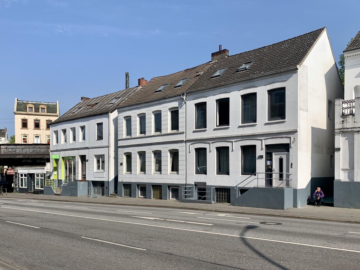 Von diesem denkmalgeschützen Ensemble an der Stresemannstraße soll das linke Gebäude direkt an der Brücke abgerissen werden. Foto: Kristina Sassenscheidt