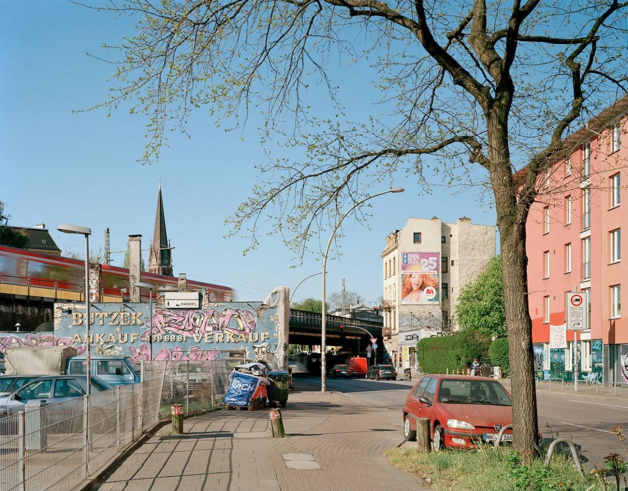 Autohof Butzek mit Sternbrücke im Hintergrund, Foto: Fotografie Dorfmüller Klier