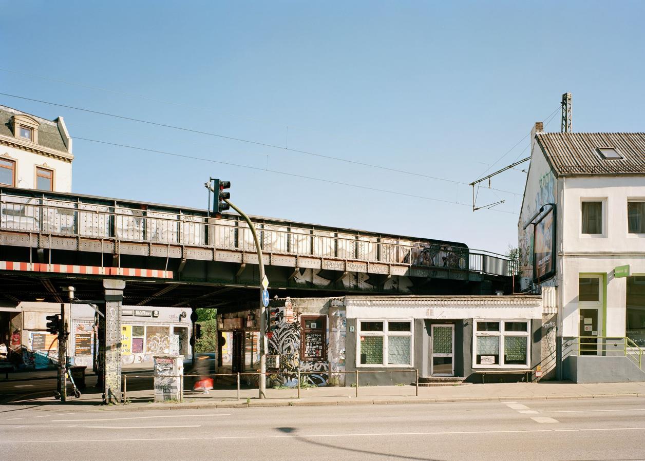 Der Brücken-Unterbau und Gebäude rechts im Bild soll abgerissen werden. Foto: Fotografie Dorfmüller Klier