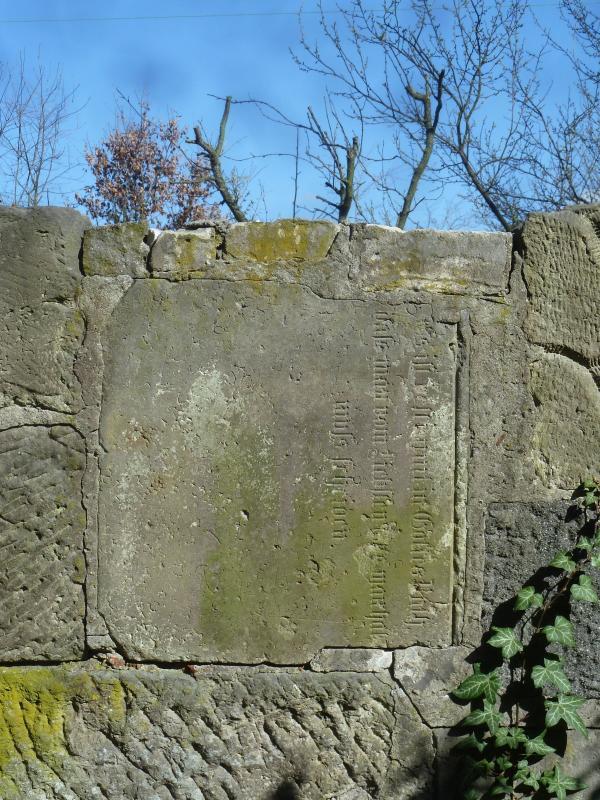 Grabstein in der Friedhofsmauer, Foto: Heinz Otto