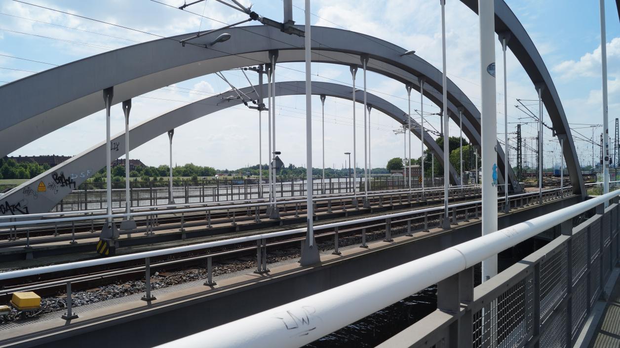 Nahaufnahme der Schienenbrücken zwischen Saale- und Spreehafen; Foto: Antipas Papageorgiou