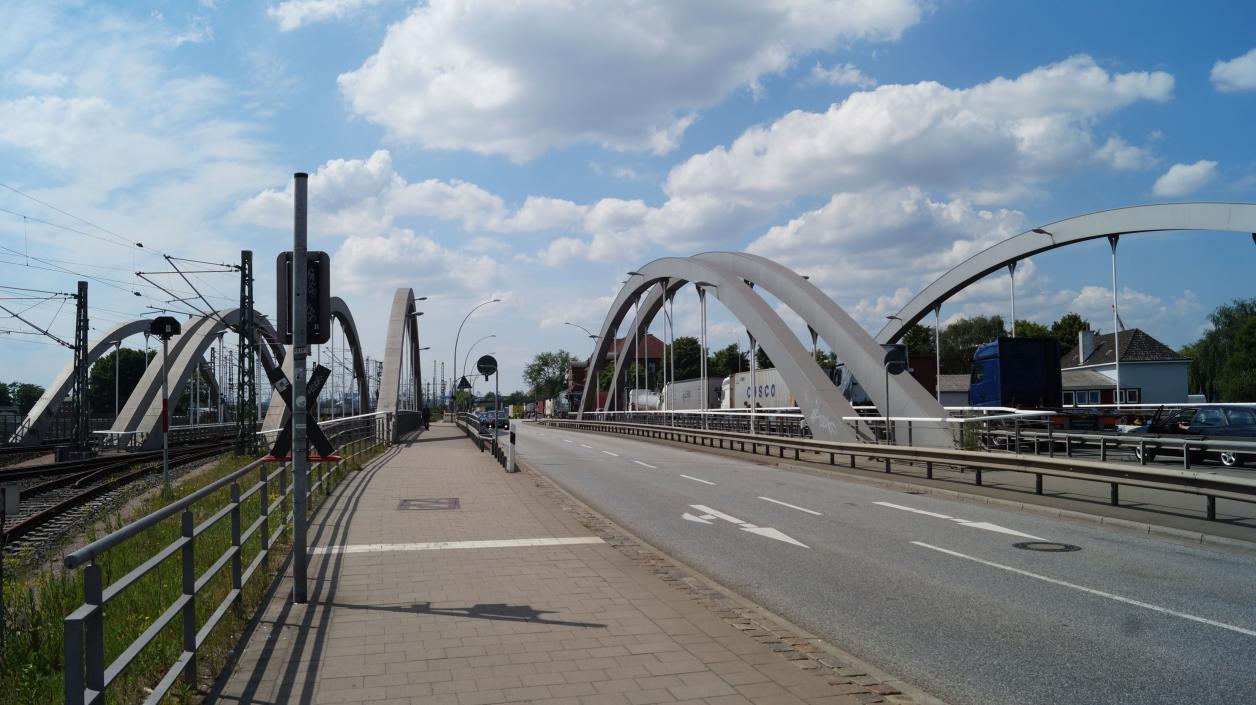 Schienen- und Straßenbrücken zwischen Saale- und Spreehafen; Foto: Antipas Papageorgiou