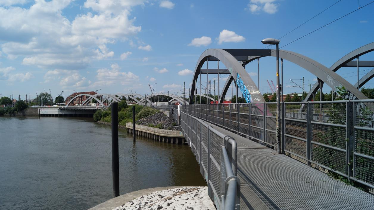 Blick aus Süden auf die Schienenbrücken an der Müggenburger Durchfahrt, im Hintergrund die restlichen Brücken des Veddeler Wasserkreuzes; Foto: Antipas Papageorgiou