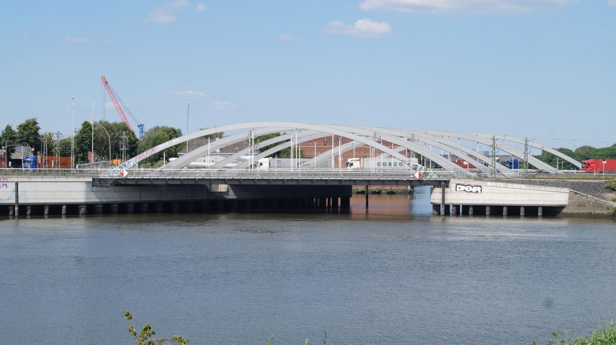 Blick vom Klütjenfelder Hauptdeich auf die beiden Straßen- und Schienenbrückenpaare zwischen Saale- und Spreehafen; Foto: Antipas Papageorgiou
