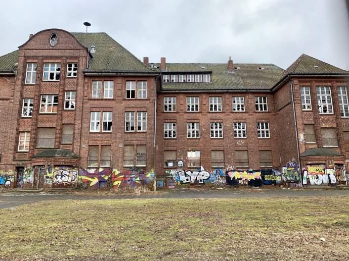 Städtische Backsteinbauten verfallen - Denkmalschutz empört