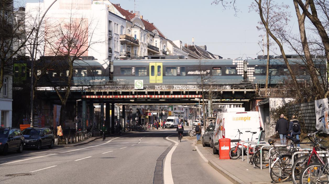 Fernzug passiert südliche Brücke, Foto: Antipas Papageorgiou