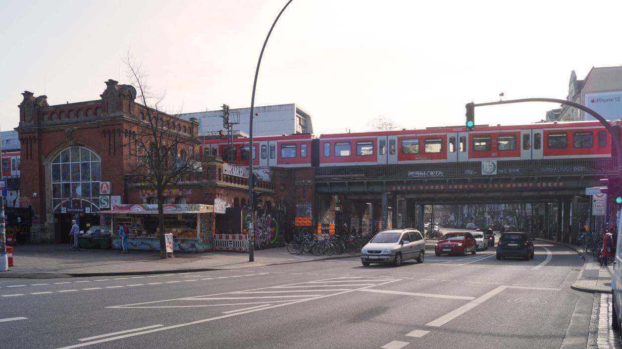 Neubau des Bahnhofs Sternschanze neben den Bahnbrücken, Foto: Antipas Papageorgiou