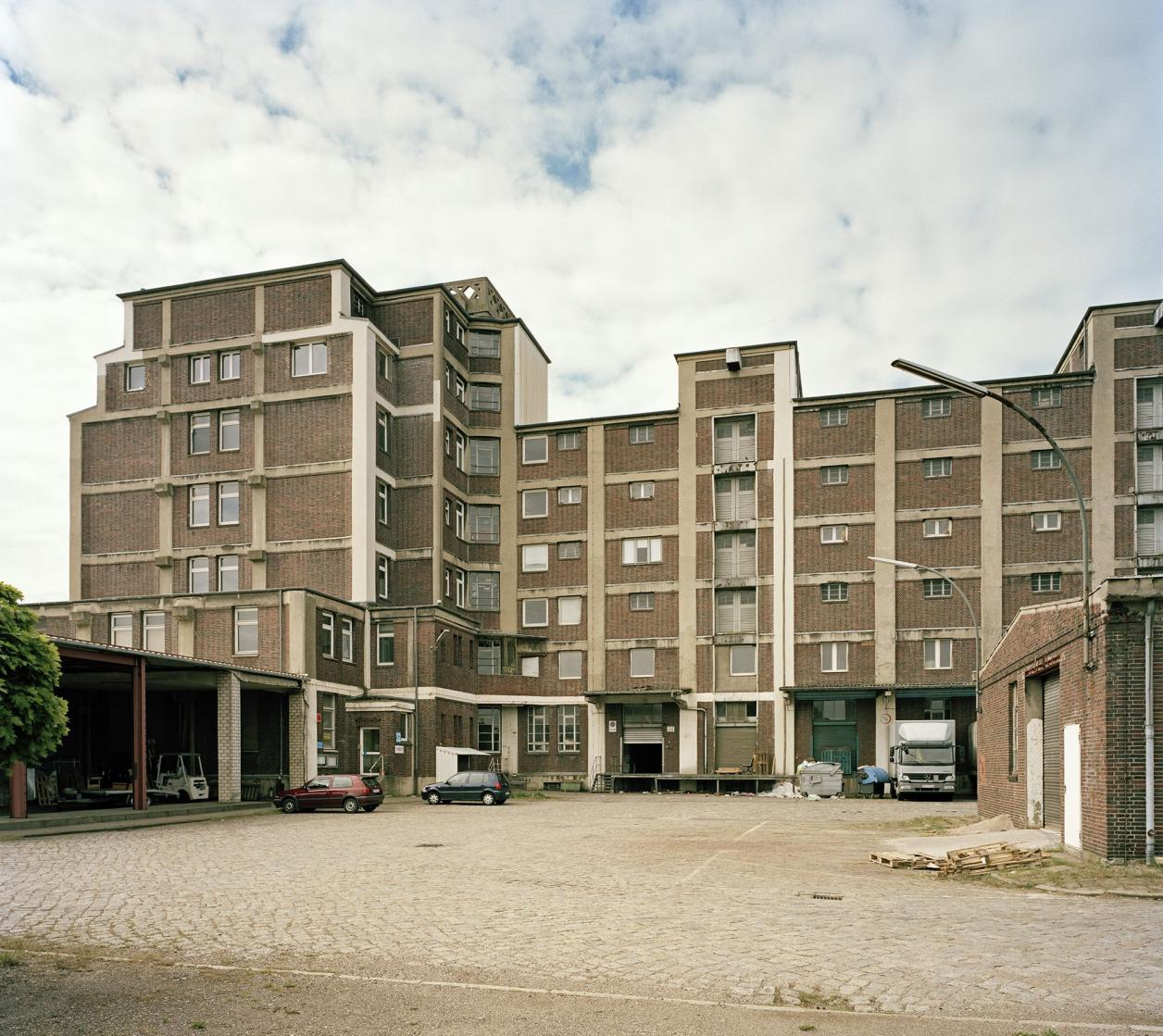Inzwischen abgerissenes Lagergebäude, Foto: Fotografie Dorfmüller | Klier