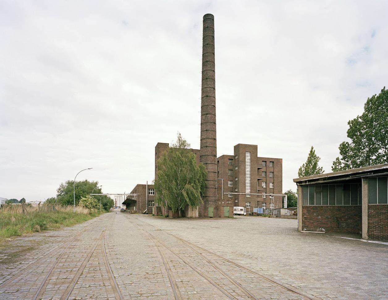 Garagen, Schornstein und Kraftwerksgebäude sind heute verschwunden, Foto: Fotografie Dorfmüller | Klier