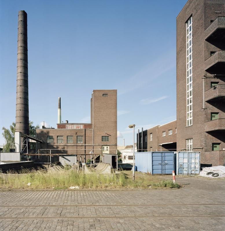 Inzwischen abgerissenes Kraftwerksgebäude mit Schornstein (links), Foto: Fotografie Dorfmüller | Klier